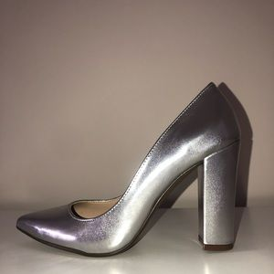 Glamorous silver metallic pointed heeled shoes,